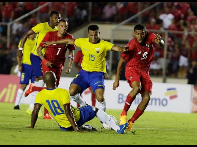 Jugadores disputan el balón durante el primer amistoso entre Panama Y ecuador.