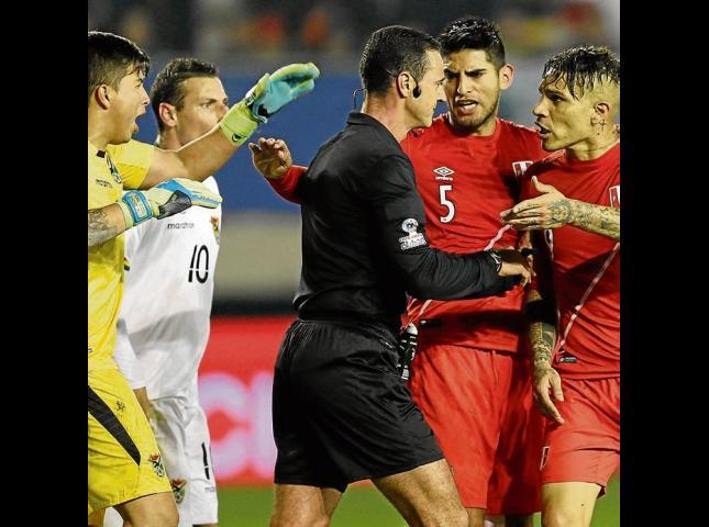 El colombiano Wilmar Roldán estuvo en acción en el juego de cuartos de final entre Perú y Bolivia.