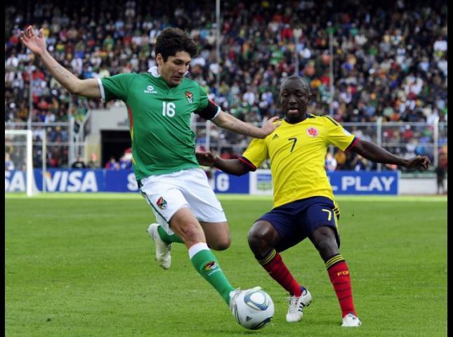 Ronald Raldes disputa un balón con Pablo Armero.