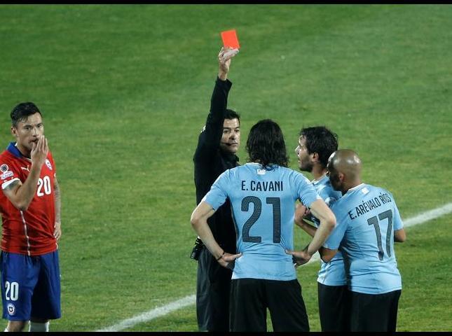 Sandro Ricci le muestra la tarjeta roja a Cavani por supuesta agresión.