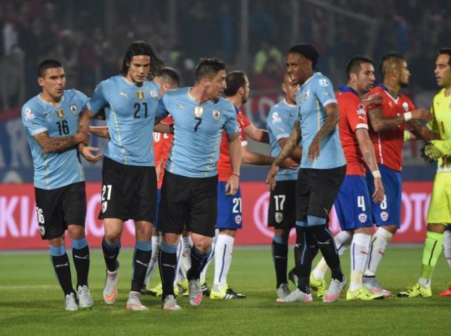 Jugadores uruguayos durante la trifulca en el partido contra Chile.