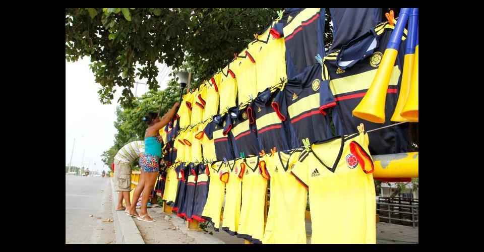 Vendedores de la ciudad comienzan con la venta de camisetas.