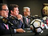 El presidente de la Concacaf, Victor Montagliani; el presidente de Conmebol, Alejandro Dominguez y el presidente de la Federación de Fútbol de Estados Unidos, Sunil Gulati.