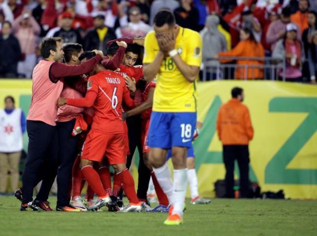 Renato Augusto, de Brasil, lamenta la salida de su equipo de la Copa tras perder ante Perú.