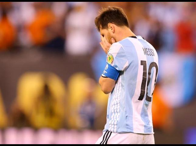 Lionel Messi reacciona tras perder la Copa América ante Chile.