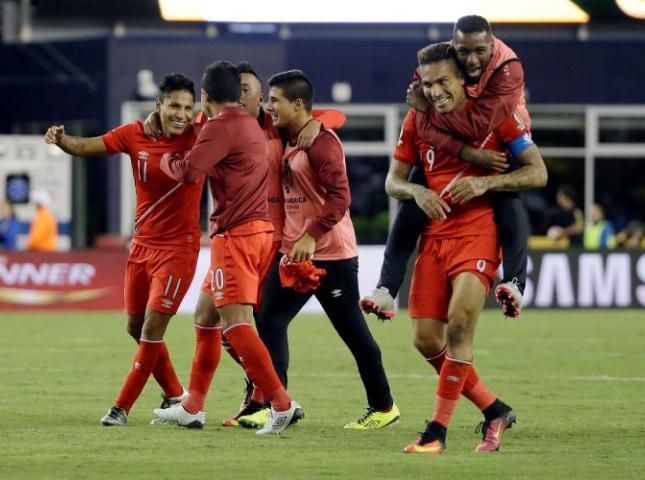 Los peruanos celebran el gol.