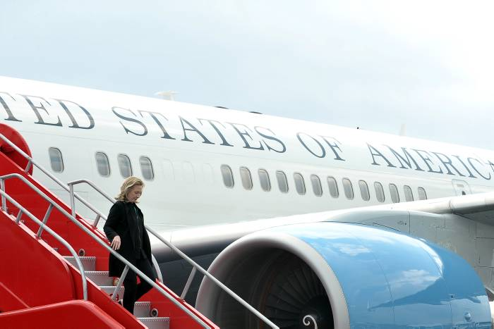 Hillary Clinton en su llegada al Aeropuerto Rafaél Núñez.