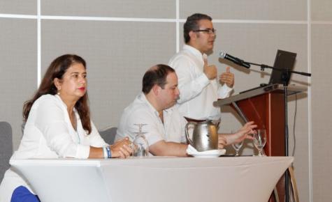 El senador Iván Duque, con la candidata a la Alcaldía, Gina Benedetti y el senador Fernando Araújo, por el Centro Democrático.