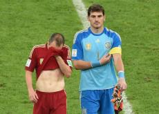 Andrés iniesta e Iker Casillas, figuras de España, selección que fue eliminada.