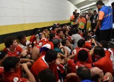 Hinchas chilenos que intentaron ingresar al estadio sin tiquetes.