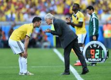 El técnico José Pékerman ´le da instrucciones a James Rodríguez.
