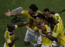 James Rodríguez es felicitado por los compañeros, luego de marcar el segundo gol.