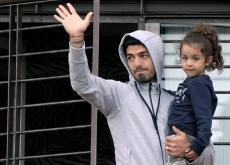 Luis Suárez salió al balcón de la casa de su madre en Uruguay en compañía de sus dos hijos para saludar a los hinchas que estaban en el lugar.