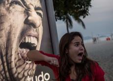 Una turista brome con una campaña publicitaria de Adidas que estaba en Brasil.