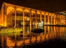 el palacio itamoraty, una de las bellezas de Brasilia, al frente está el espejo de agua.