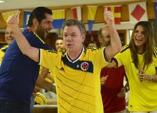 El presidente Juan Manuel Santos celebrando la actuación de los colombianos en el Mundial.