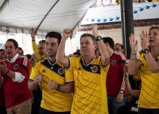 Santos vivió la pasión del fútbol junto a su familia cuando Colombia se enfrentó ante Grecia.