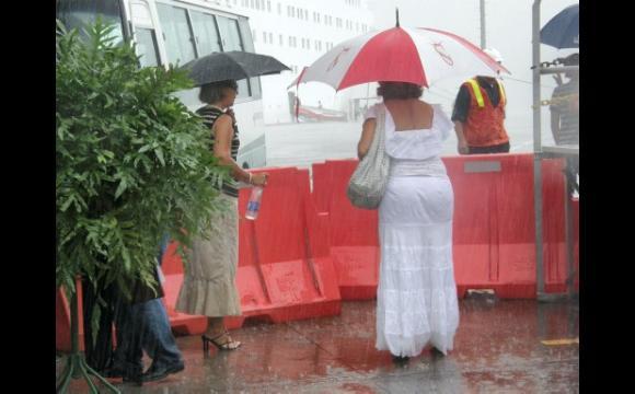 ...Protegiéndose de la lluvia.