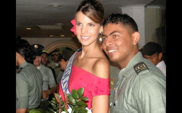 Señorita Colombia tomándose fotos con los policías