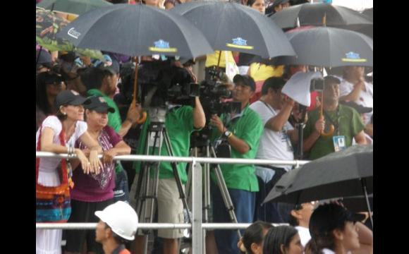 El equipo técnico se amparó de la lluvia.