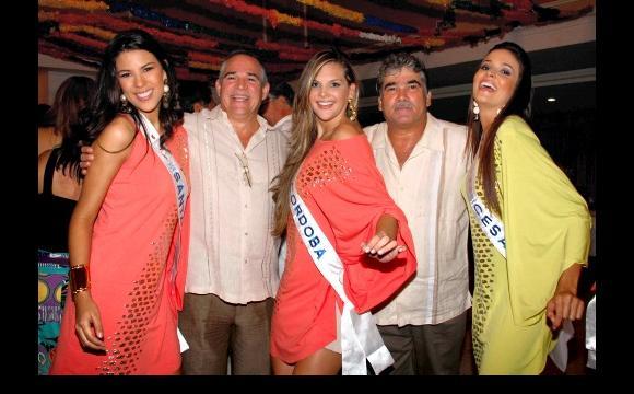 Reinas de: Santander, Córdoba y Cesar, acompañadas de admiradores.