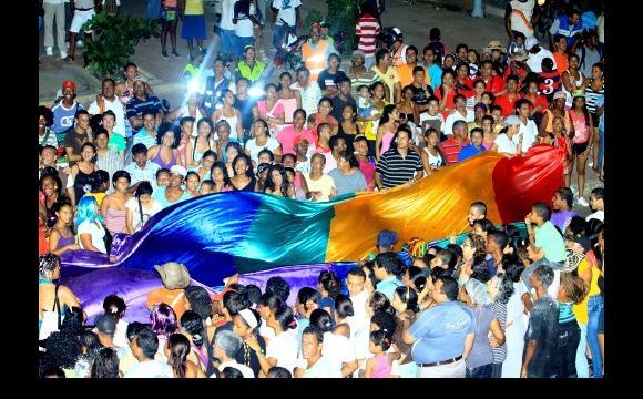 Con orgulo la población LGBTI ondeó la bandera gay. La música no se ...