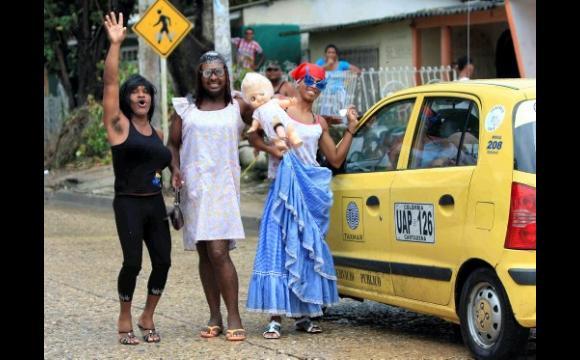 Vecinos del barrio Boston arrancaron sonrisas con su disfraz de mujer parida y a