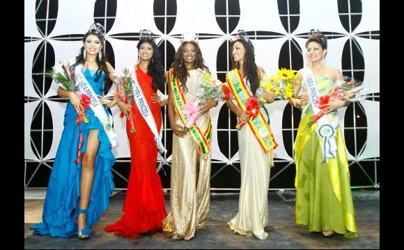 Las cinco finalistas encantaron al jurado en su defile en vestido de gala.