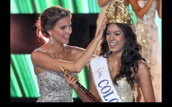 Catalina Robayo Vargas, coronada por su antecesora Natalia Navarro Galvis