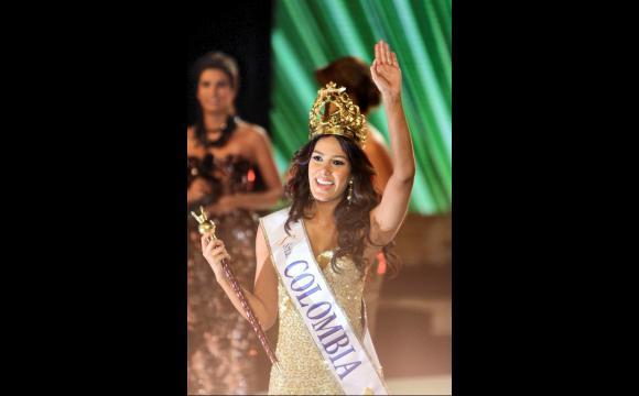 La nueva Señorita Colombia, saludando a su público.