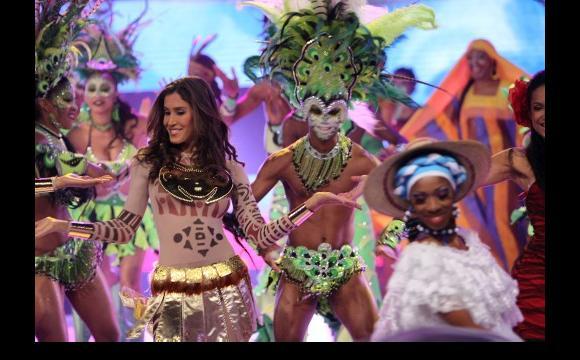 La coreografía de las candidatas tuvo el acompañamiento del grupo Ekobios.