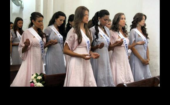 Reinas rezando en la  Iglesia de Santo Toribio