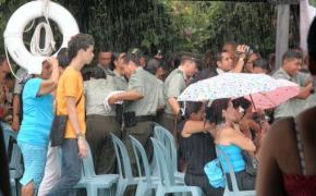PolicÍa corriendo  por la lluvia