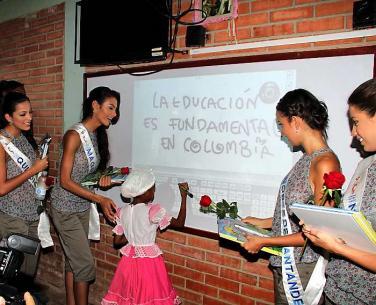 Las reinas en la Institución Educativa 14 de Febrero. ÓSCAR DÍAZ, EL UNIVERSAL