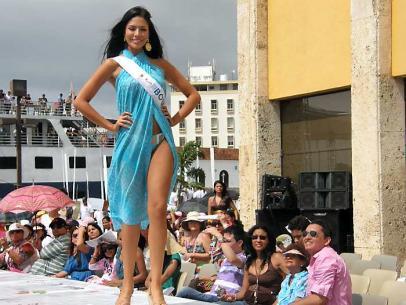 El Desfile de Balleneras se desarrolla bajo el sol radiante de Cartagena.