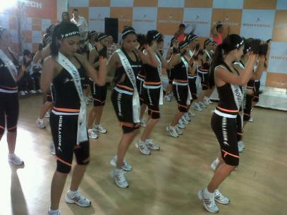 Las 26 candidatas haciendo ejercicio en las instalaciones de Bodytech.