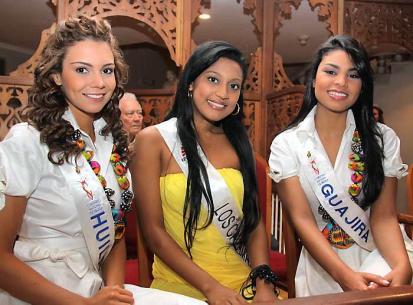 Participantes del Consurso Nacional de Belleza junto a una aspirante a Reina de