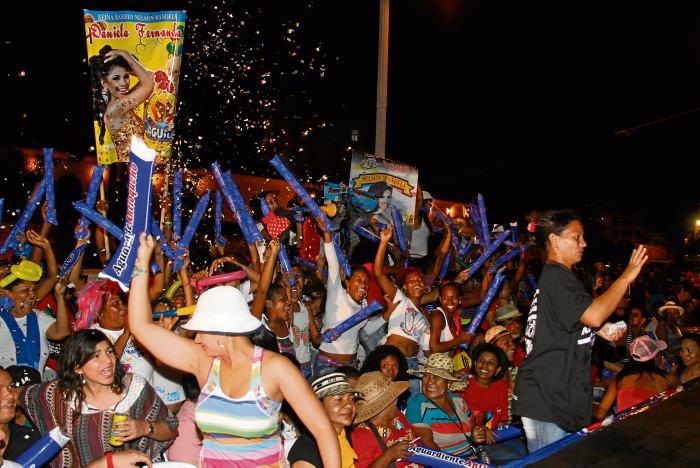 Las barras entusiasmadas animaron a sus candidatas.