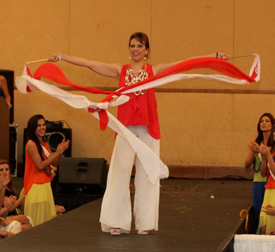 La madre de Santander: bailó con cintas al son de la canción Danza Kuduro de Don