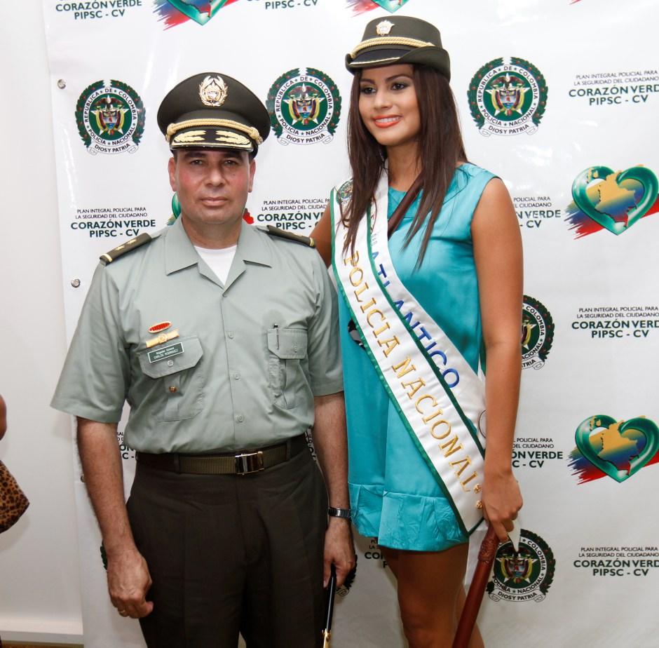 La Señorita Atlántico junto al Brigadier General Carlos Enrique Rodríguez Gonzál