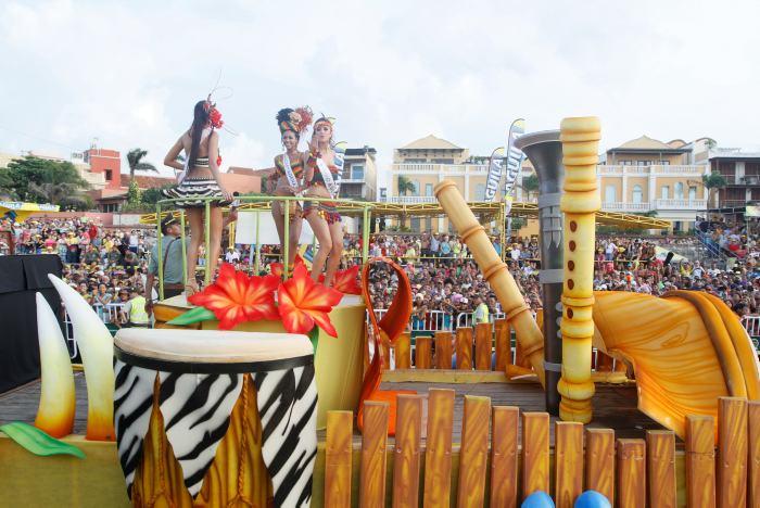 Carroza en la que desfilaron las reinas de Cauca, Cartagena y Cesar.
