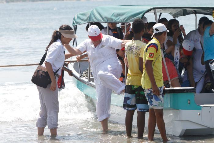 Raimundo Angulo bajando de una lancha.