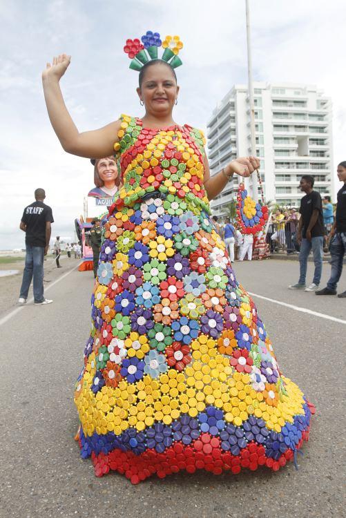 Comparsas y disfraces en el Desfile Folclórico de la Independencia