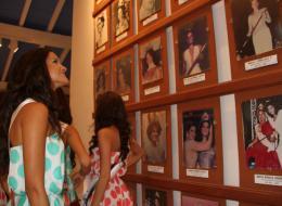 La representante de norte de Santander, Angélica Villamil, observa las fotografías de las reinas colombianas.