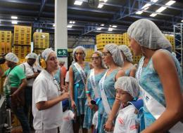Las aspirantes al título de Señorita Colombia 2013, visitaron la planta de producción de Postobón en compañía de los niños de Fundevida.
