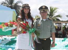 La nueva Reina de la Policía junto al Brigadier General Rodrigo González Herrera, Comandante de la Policía Metropolitana de Cartagena.