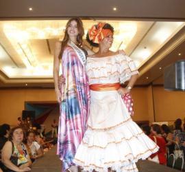 María Teresa Vélez, madre de la Señorita Cartagena, Juliana Dahl Vélez, fue la ganadora del concurso de Reina Madre con su caracterización de Totó La Momposina.