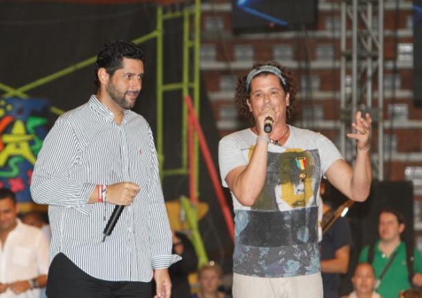 Dionisio Vélez Trujillo, alcalde de Cartagena, junto al cantante samario Carlos Vives.