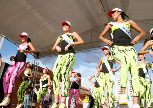 Las reinas se unen con sus aeróbicos a la Carrera 10 K.