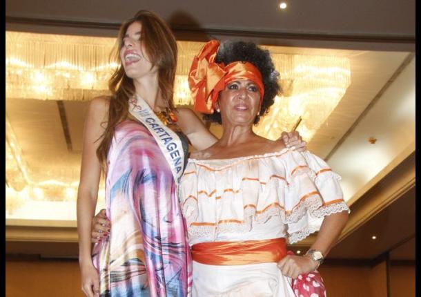 Juliana Dahl con su madre Tere Vélez, quien rindió un homenaje a 'Totó la Momposina'.